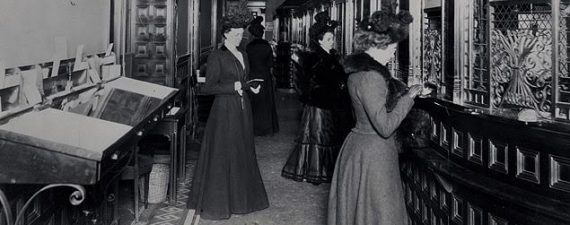 Women stand in line at a bank in New York in 1900.