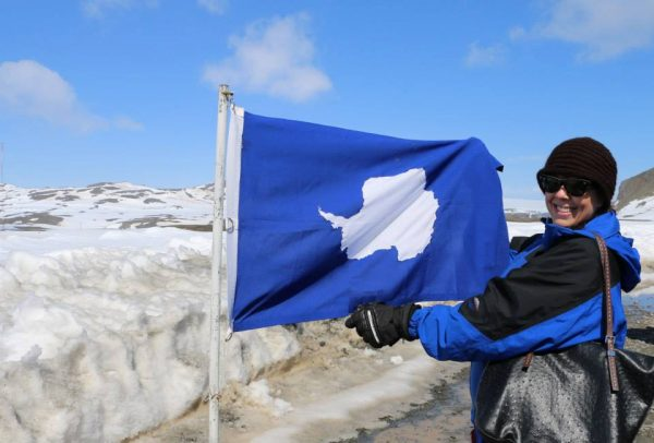 flag-photo-in-antarctica